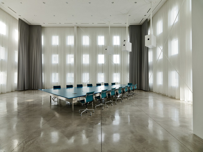 A boxy structure designed by Ebner and his firm stands in the plaza where the old visitors' entrance had been and serves as a dramatic space for important presentations and meetings. Curtains can be c
