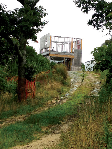 "Steven Holl's 1988 Berkowitz-Odgis House on Martha's Vineyard was demolished after engineers deemed it ""structurally unsound."" During construction of the new house, designed to"