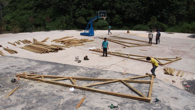 Assembling the trusses on site.