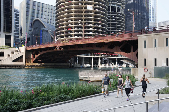 Designed and built by Sasaki Associates, Ross Barney Architects, and Alfred Benesch engineers, the Riverwalk will stretch 1-1/4 miles to Lake Michigan upon completion.
