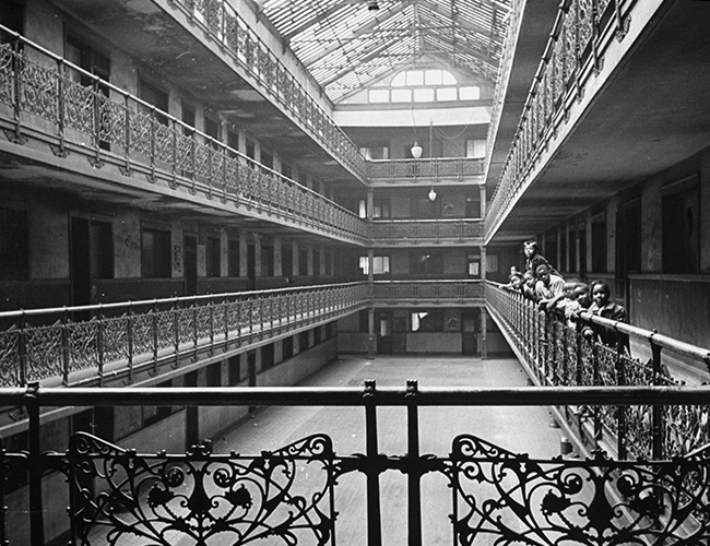 The atrium of the block-long, block-wide Mecca in 1944.