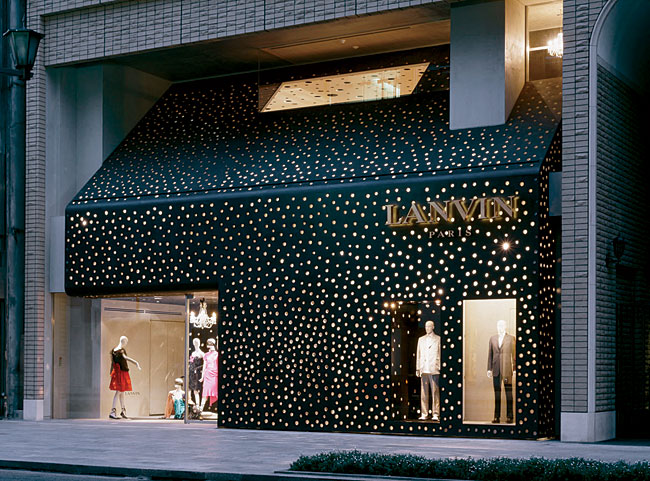 Located in Tokyo's fashionable Ginza shopping district, this boutique lights up the street like a diamond-studded party dress. Embedded in its steel-plate facade are 3,000 acrylic cylinders that anima