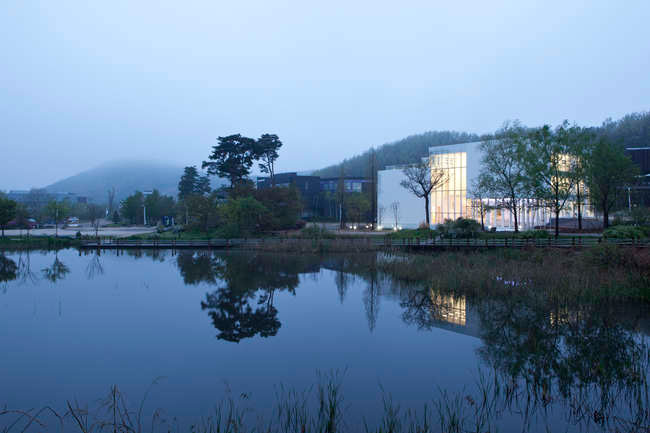 The 16,145-square-foot White Block Gallery sits in the trendy Heyri Arts Valley in South Korea. Because its site borders North Korea and is in a no-fly zone, SsD tackled restrictions to the building's