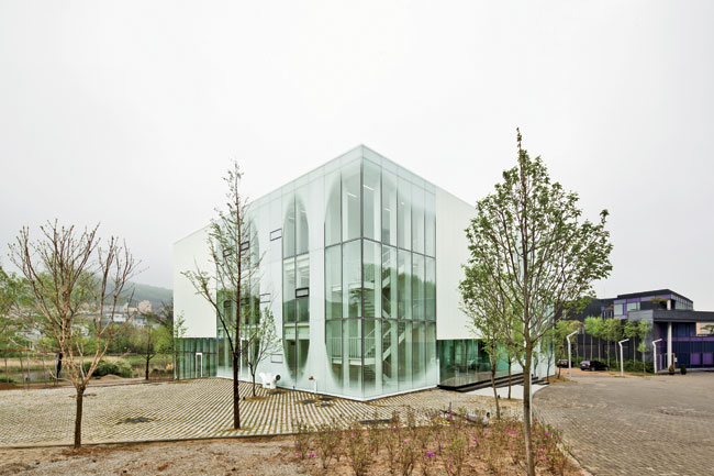 Park and Hong clinched the commission to design the steel-frame and frosty-fritted-glass White Block Gallery in an invited competition in 2011. The 16,145-square-foot space, which is dedicated to glob