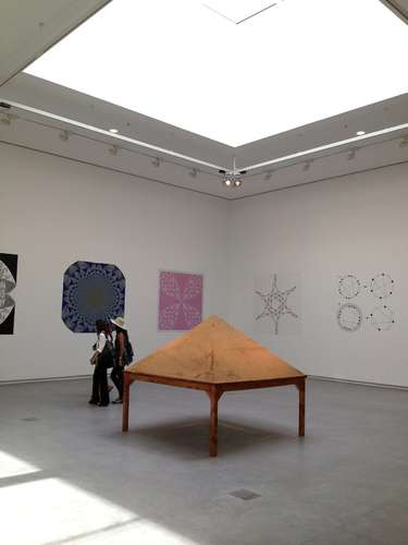 Inside, the galleries bring in daylight through shaded skylights, clerestories, and full-height windows. At left, Gabriel Orozco&#8217;s <em>Sand on Table as Model of &#8220;Self-organizing Criticalit