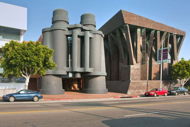 Binoculars Building (the binoculars were designed by Claes Oldenburg and Coosje van Bruggen), Los Angeles, Frank Gehry<br />