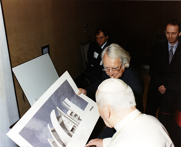 Meier presenting the design of the Jubilee Church to Pope John Paul II at the Vatican in February 1997.