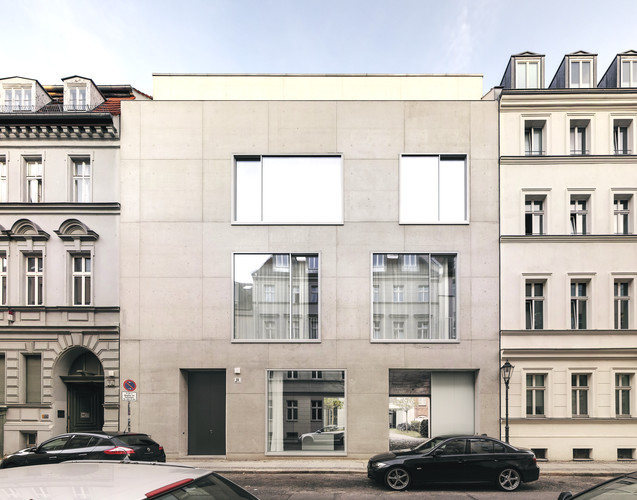 David Chipperfield's studio and home is in the Mitte neighborhood of  Berlin, where he decided to settle after the city commissioned him to  rebuild the Neues Museum in 1997. In the courtyard, Chipper