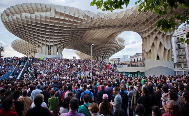 Sparked by the crumbling economy, peaceful protests began taking place in Spain, such as one on May 19, 2011, at the Plaza de la Encarnación in Seville. The Metropol Parasol designed by J. Mayer H. Architects framed the occasion.