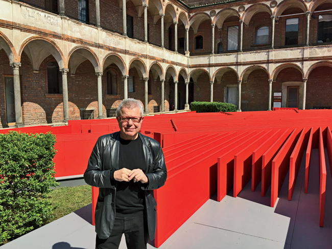 Daniel Libeskind in front of his installation at the University of Milan.