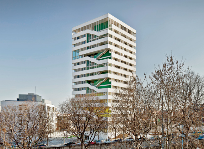 Set diagonally on its site, Torre Júlia is animated by outdoor stairs and double height common rooms on the corners.