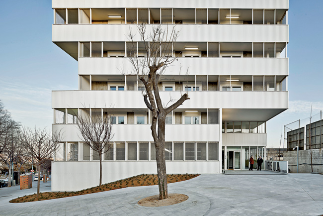 The continuous terraces of the apartment units further erode the facades.