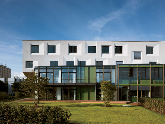 The day clinics on the two green levels have outdoor access, either to the balcony or the wooden terrace. Behnisch Architekten also designed the surrounding garden landscape.