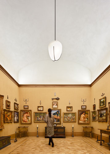 The shaped ceilings in ancillary first floor galleries echo the barrel vaults of the galleries in Merion.
