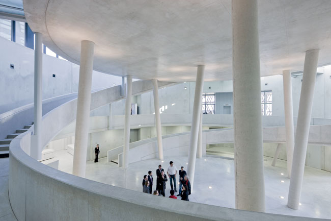 Tschumi wanted to keep the central rotunda of the poured concrete structure free of exhibition elements.