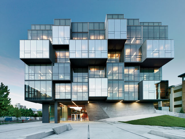 The west facade of the pharmaceutical building provides a showstopping entrance, where glass-clad cubes are pulled out of the volume.
