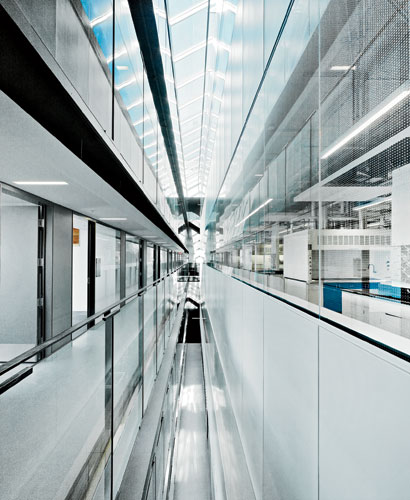 On the north edge of the sixth floor, a narrow skylit shaft brings natural illumination into the interior, separating the offices (banked on two levels) from the higher-ceilinged laboratories. The ski
