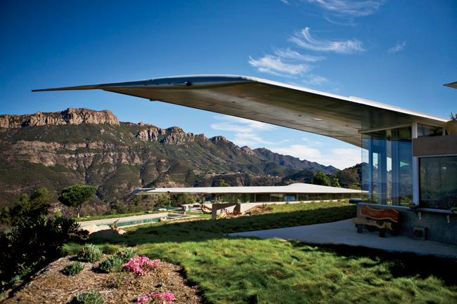 The wing contours resonate with the shapes of the Santa Monica Mountains. The architect added long, thin metal strips on the wing tops to disrupt aerodynamic flow and prevent lift.