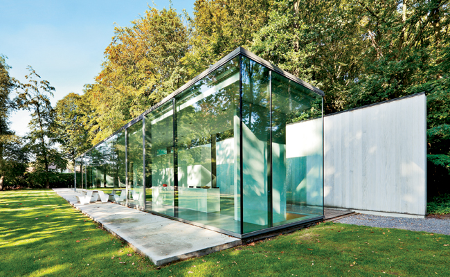 On the narrow slice of property, Benny Govaert inserted a 14-foot-high glass rectangular house for himself and his family.