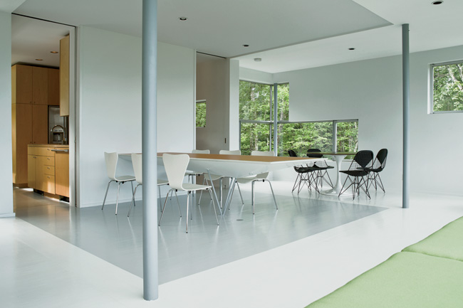 In order to enhance the sensation that the main living area is a volume lifted into the trees, the wood floor and gypsum-board walls have been painted white, except for the floor in the part of the sp