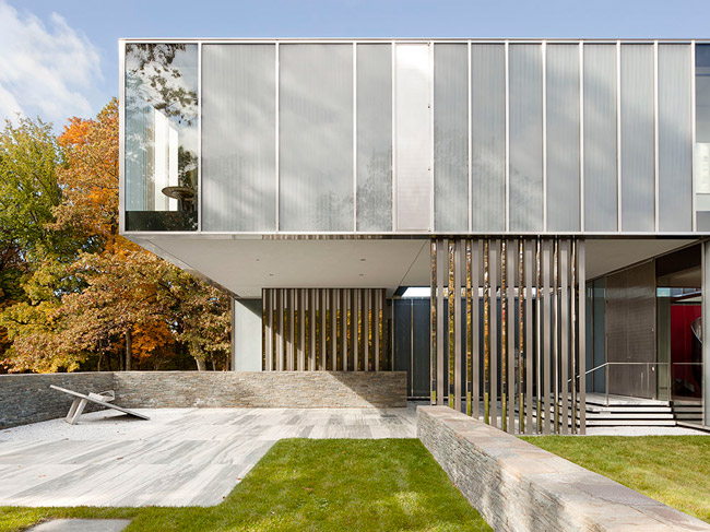The angular but snaking volumes of the Dutchess County Residence allow indoor and outdoor spaces to overlap'with the bedrooms cantilevering over both the entry and a patio in the rear of the house. Po