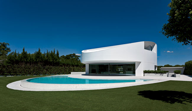 A cantilevered balcony on each side of the house offers views to either the pool or the golf course.