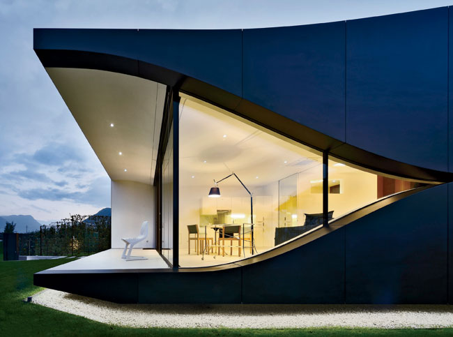 The roof's spline curve, a favorite of architects fluent in parametric design, and the smile-like curves of the two sides add a sensual touch to the more rigid geometry of the front and back.